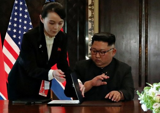 Kim Jong Un dung but rieng do em gai dua de ky tuyen bo chung hinh anh