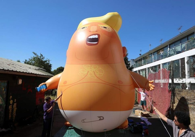 Phan doi Trump tham Anh, nguoi dan chuan bi bong bay 'em be gian du' hinh anh