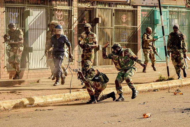 Bat on hau bau cu tai Zimbabwe: Quan doi na dan vao nguoi bieu tinh hinh anh