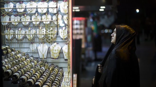 Nguoi Iran mua vang phong than truoc lenh trung phat moi cua My hinh anh