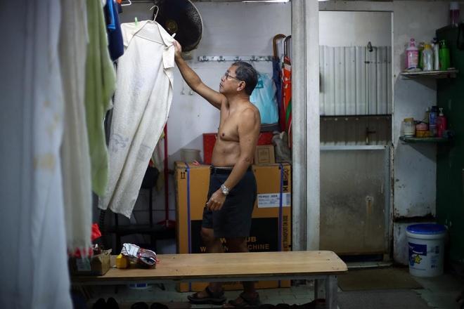 Rac thai nhua de doa nhung nguoi gia di boi o ben cang Hong Kong hinh anh