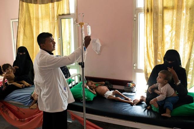 Bé Hussain được điều trị ở bệnh viện tại Yemen trước khi qua đời. Ảnh: