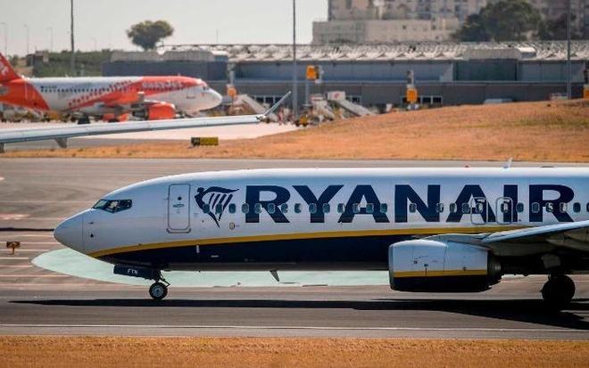Phap cam Ryanair truoc gio cat canh, 149 hanh khach phai doi chuyen hinh anh