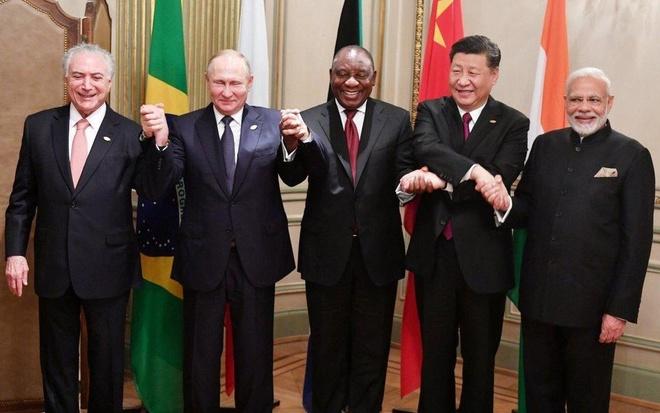 Bat dong My - Trung phu bong G20, khoi BRICS len an chu nghia bao ho hinh anh