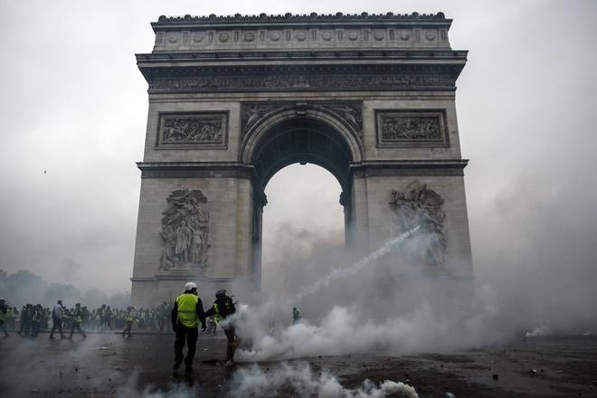Khai Hoan Mon tan hoang sau bieu tinh lon nhat thap nien o Paris hinh anh