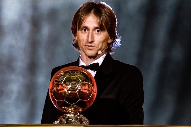 Khoanh khac Luka Modric nhan danh hieu Qua bong vang 2018 hinh anh