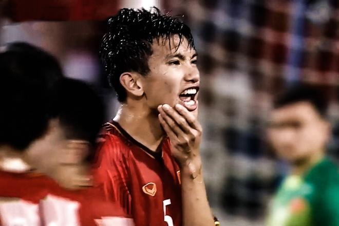 Tinh huong Van Hau bi cau thu Philippines choi xau hinh anh