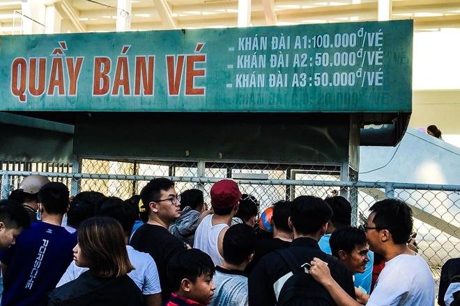 Hang tram nguoi chen lan mua ve xem Quang Hai thi dau hinh anh