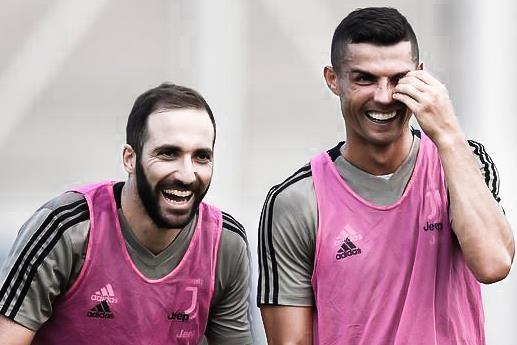 HLV Sarri dua Ronaldo ve canh trai, don cho cho Higuain? hinh anh