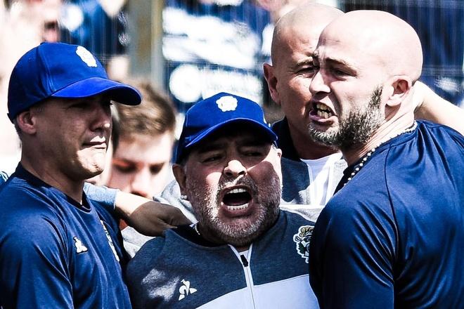 Maradona to doi thu thang ban sau khi thua tran ra mat hinh anh