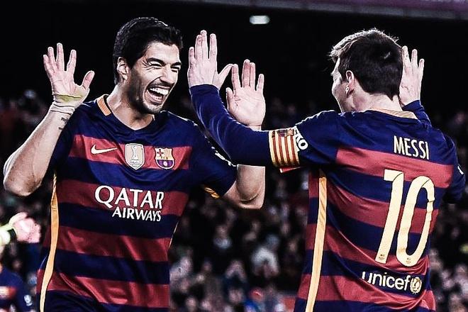 Pha kien tao tren cham 11 m cua Messi cho Suarez duoc tai hien hinh anh