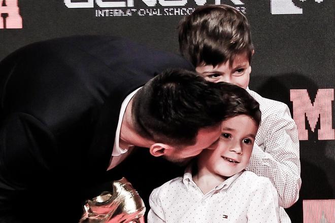 Hai con trai giup Messi nhan giai Chiec giay vang chau Au hinh anh