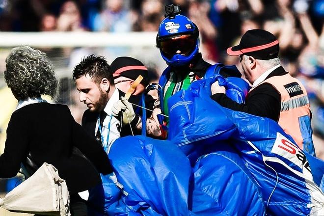 Fan nhay du lam tran dau cua Inter bi gian doan hinh anh