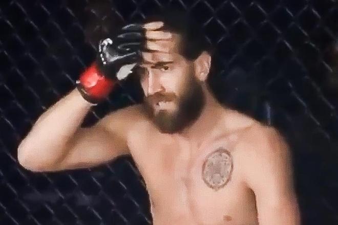 Vo si MMA om dau lo lang sau cu len goi ha do van doi thu hinh anh