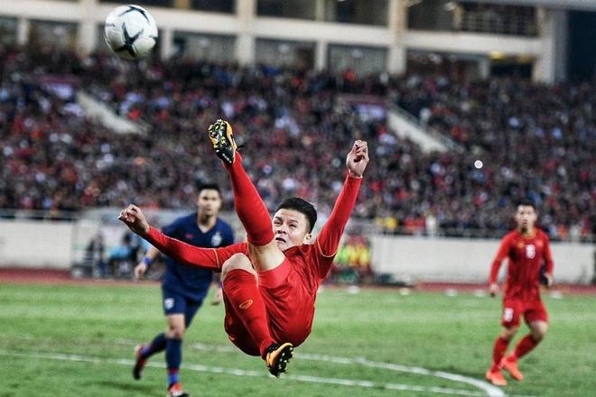 Quang Hai tung nguoi moc bong chuyen cho Tien Linh hinh anh