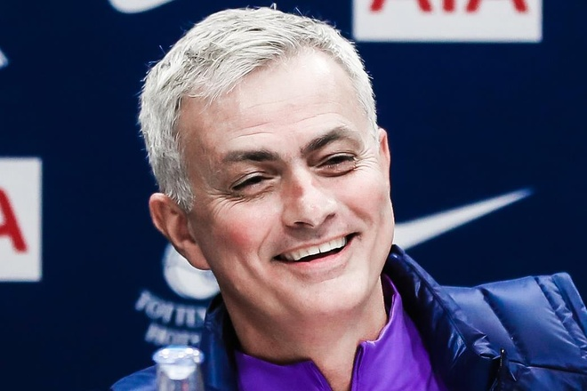 Mourinho the hien su hai huoc khi tra loi phong van o Tottenham hinh anh