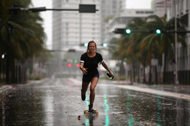 Nguoi Florida trong bao Irma: Uong ruou, choi do va truot van hinh anh 4