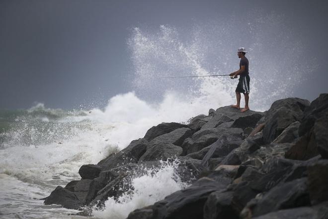 Nguoi Florida trong bao Irma: Uong ruou, choi do va truot van hinh anh 2