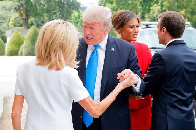 Ong Trump khen vo ong Macron co 'than hinh dep' hinh anh