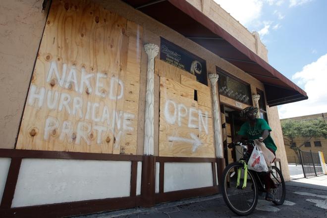 Nguoi Florida trong bao Irma: Uong ruou, choi do va truot van hinh anh 3
