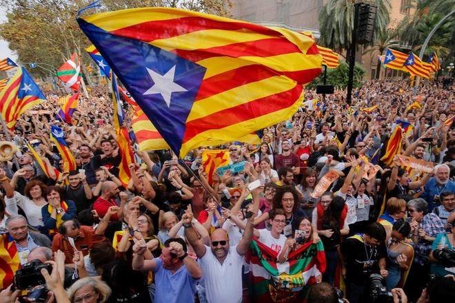 Nguoi Catalonia an mung sau tuyen bo doc lap hinh anh
