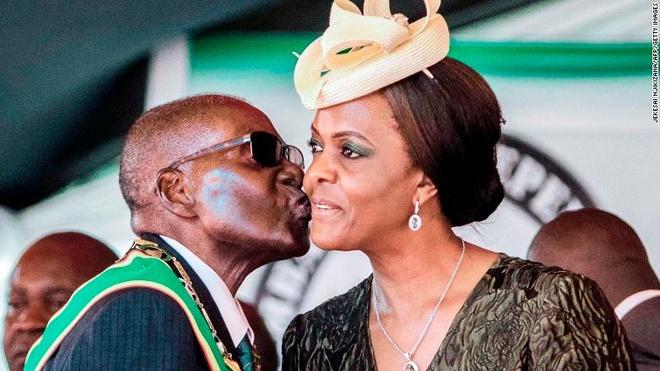 Cuu tong thong Mugabe va vo duoc mien truy to hinh anh