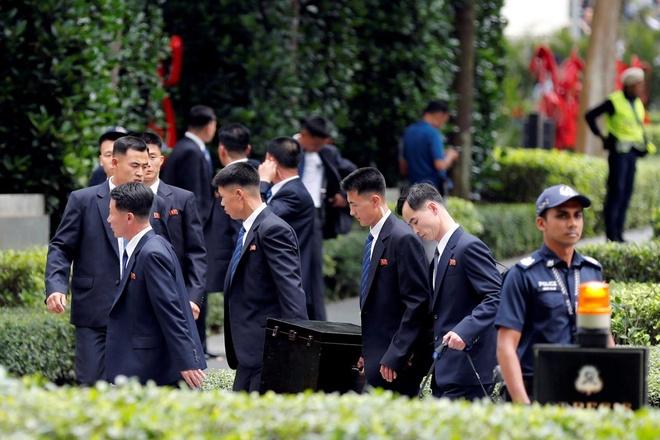 Doan Trieu Tien tranh thu kham pha 'thien duong mua sam' Singapore hinh anh