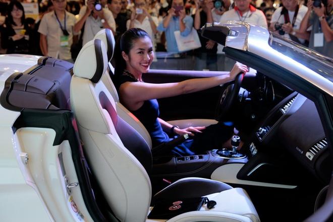 Tang Thanh Ha cam lai sieu xe Audi R8 V10 mui tran hinh anh 5