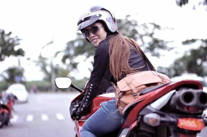 Nu biker Sai thanh me mo to phan khoi lon hinh anh