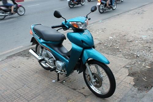 Nhung xe may Honda doi cu duoc rao gia tren troi hinh anh 1 Chiếc Future I màu xanh ngọc nằm trong bộ sưu tập 3 chiếc Future đời đầu sản xuất ở Việt Nam, cùng hai chiếc Honda Dream II nhập khẩu nguyên chiếc của anh Lưu Chính Trung ở Sài Gòn. Future đời 2000 đăng ký cùng năm mới chạy được 1.782 km, sau đó