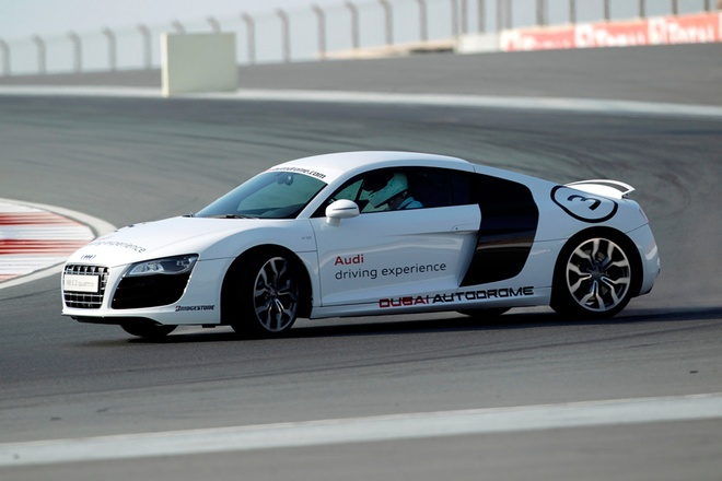 Trai nghiem sieu xe Audi R8 o Dubai hinh anh