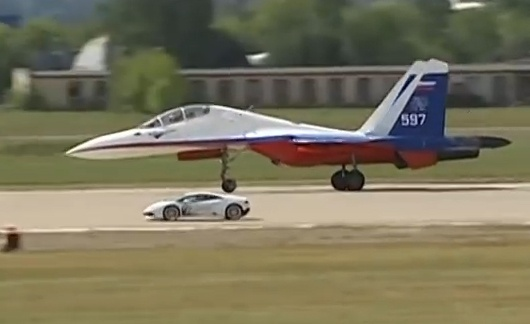 Lamborghini Huracan dua toc do voi chien dau co Su-27 hinh anh