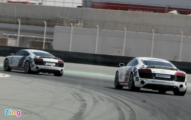 Thu toc do 240 km/h voi Audi R8 V10 o Dubai hinh anh 3