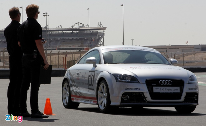Thu toc do 240 km/h voi Audi R8 V10 o Dubai hinh anh 2
