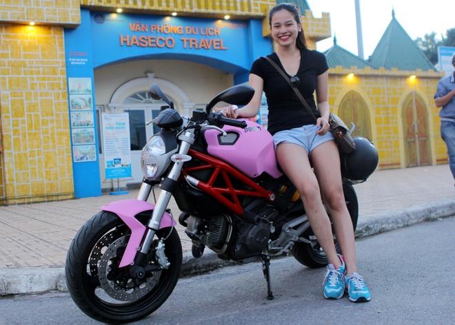 Nu biker chay Ducati mau hong mo lam bep truong hinh anh