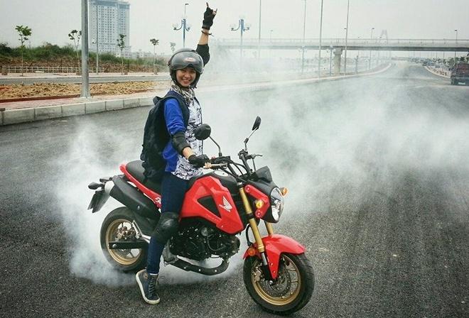 Co gai 9X dam me xe con tay nhung khong nhan la mot biker hinh anh
