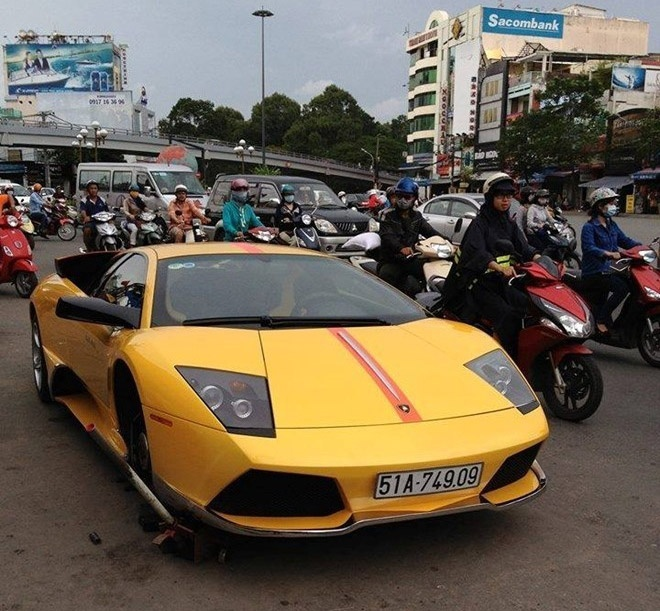 Rolls-Royce Phantom thay lop tren via he Ha Noi hinh anh 3 Tháng 9/2014, cũng tại Sài Gòn, siêu xe Lamborghini Murcielago LP640 cũng được bắt gặp thay lốp giữa đường.