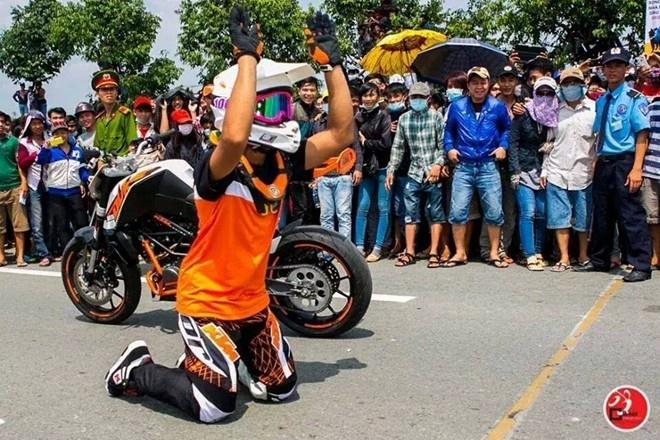 Tay dua Malaysia vai lay khan gia gay bao lang xe Viet 2014 hinh anh