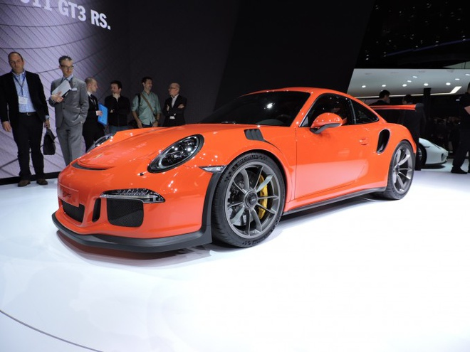 10 mau xe dang chu y tai Geneva Motor Show 2015 hinh anh 7 4. 2016 Porsche 911 GT3 RS   This is the Porsche you've all been waiting for. The 911 GT3 RS uses a naturally aspirated 4.0-liter boxer engine to belt out 500 horsepower. It's lighter, wider and better equipped for high speed driving than the 911 GT3, a car you can't help but fall in love with.  How can you argue with the most track-focused Porsche 911 ever?