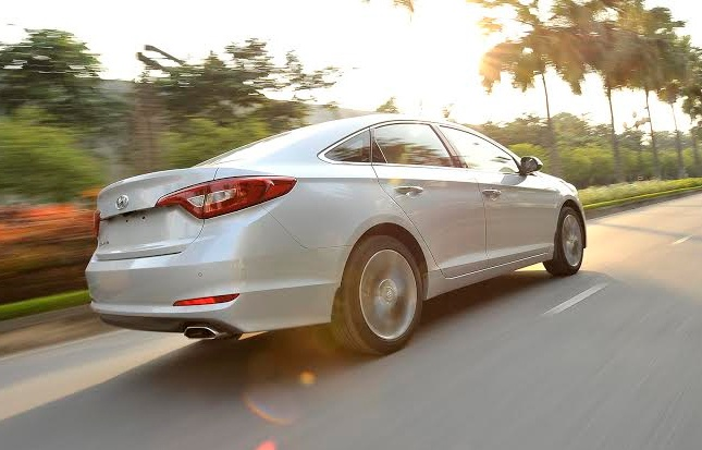 Gia Hyundai Sonata 2015 bang Camry 2.0E o Viet Nam hinh anh 1