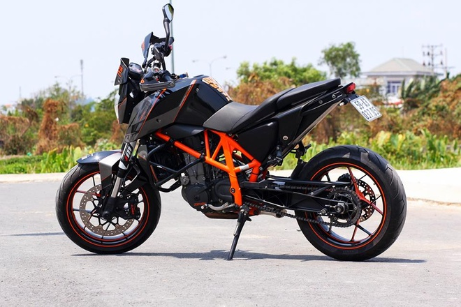 KTM 690 Duke tan trang phong cach the thao o Sai Gon hinh anh