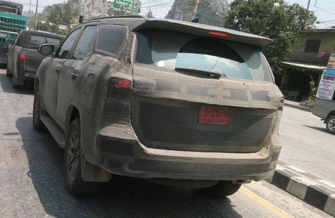 Toyota Fortuner 2016 chay thu tren duong pho Thai Lan hinh anh