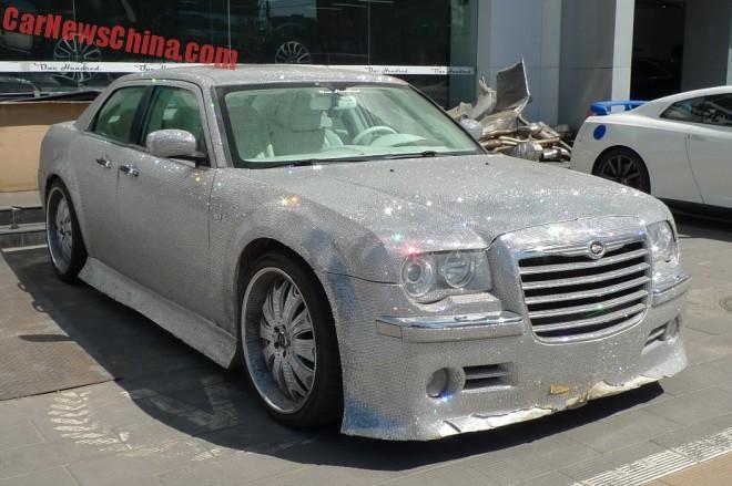 Phien ban do Chrysler 300C dinh nhua deo lap lanh hinh anh