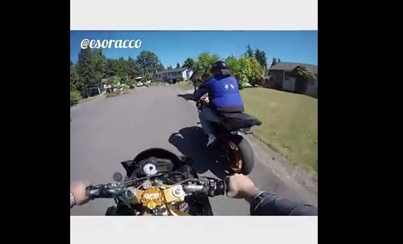 Biker duoi bat ten trom moto hinh anh