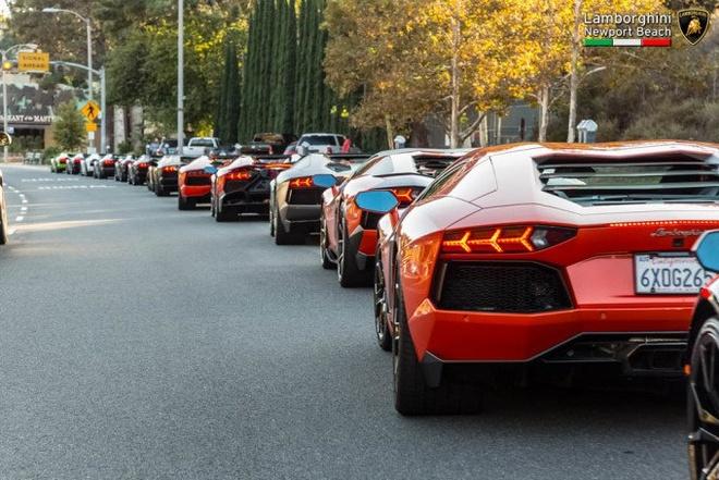 Dan Lamborghini Aventador dieu hanh tren duong pho My hinh anh