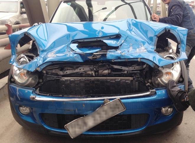MINI Cooper S khong bung tui khi khi tong duoi xe tai hinh anh