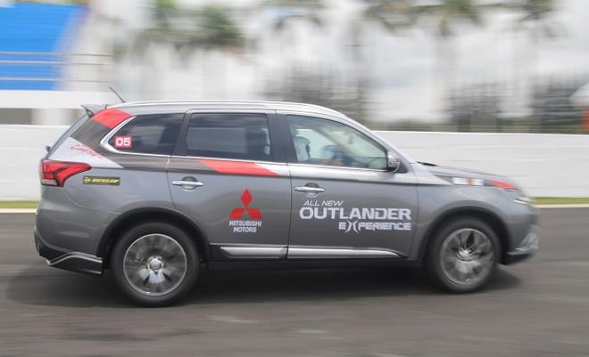 Mitsubishi Outlander 2016 co gia tu 975 trieu dong o VN hinh anh