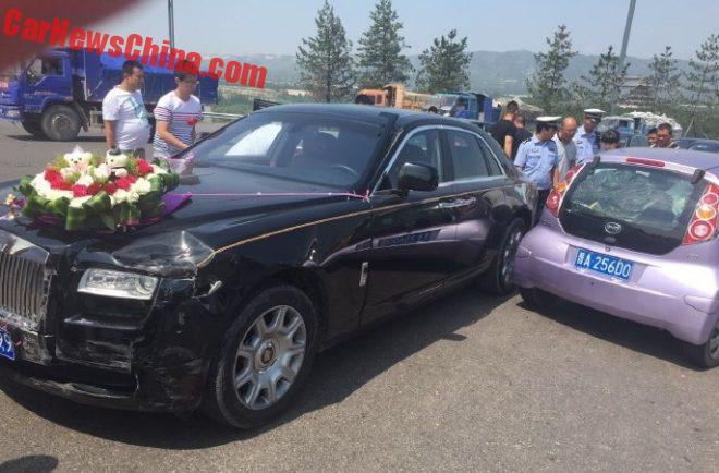 Xe hoa Rolls-Royce Ghost va cham voi BYD F0 o Trung Quoc hinh anh 1