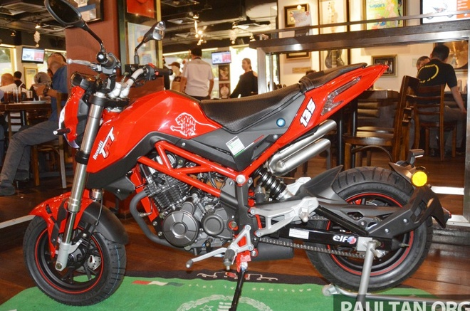 Moto co nho Benelli TnT135 2017 co gia 1.900 USD hinh anh