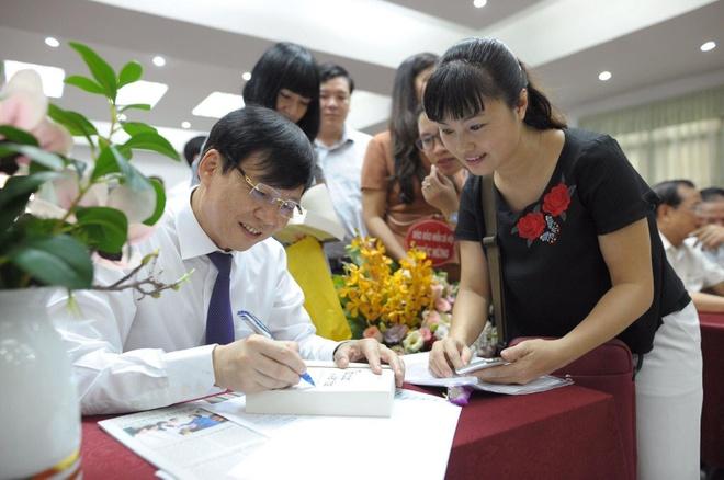 Nha bao Ho Quang Loi ra mat sach 'Thoi cuoc va van hoa' hinh anh 2
